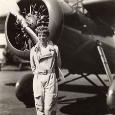 Amelia Earhart standing in front of the propellers on her plane, ca. George Palmer Putnam Collection of Amelia Earhart Papers, Cour. Amelie, Amelia Earhart Biography, Famous Women, Famous People, Female Pilot, Fear Of Flying, Women In History, Old Photos, The Past