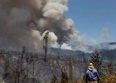 Quand la nature se déchaîne aux quatre coins du monde [En images] Un résident observe impuissant le désastre.   REUTERS