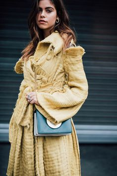 Extravagantes Gelb auf Londons Straße. Mehr Street-Styles der Fashion Week auf VOGUE.de entdecken!