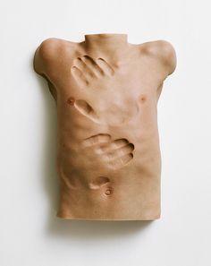 En sus esculturas de torsos desnudos propone patrones con la misma piel en una exploración de las posibilidades del órgano. La impresión de ...
