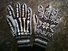 Knit a Pair of Selbu Rose-Inspired Halloween Skeleton Gloves With This FREE Pattern! Knit a Pair of Selbu Rose-Inspired Halloween Skeleton Gloves With This FREE Pattern! Halloween Knitting Patterns, Double Knitting Patterns, Knitted Mittens Pattern, Fingerless Gloves Crochet Pattern, Knitted Gloves, Crochet Socks, Knitted Slippers, Knitting Tutorials, Sombreros