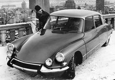 La Citroen DS (dèesse) è un'auto scintillante  e inarrivabile, quasi come una dea  che si rivela solo se il suo nome  viene pronunciato alla Francese,  Flaminio Bertoni, scultore e designer italiano,  progettò un'auto leggera, aerodinamica  e dalle linee futuristiche.  Studiata per l'elite cosmopolita,  la Dèesse divenne il simbolo del genio  e della raffinatezza dello stile francase