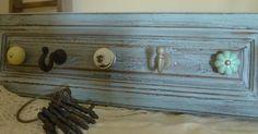 Con el frente de un cajón han creado un precioso perchero de estilo vintage que nos encanta. ¿Y a vosotros? ¿Vemos cómo?