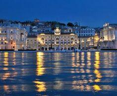Trieste: piazza unita' dal mare