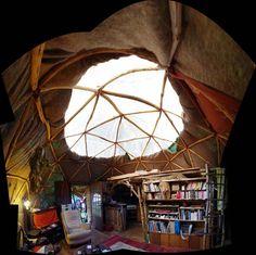 Dôme géodesique et kerterre se côtoient et même se relient pour en faire des petites pièces annexes au dôme qui est la pièce principoil.