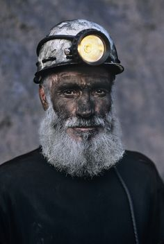 Coal Miner with White Beard, Pol i Khumri, Afghanistan, by Steve McCurry Steve Mccurry Portraits, Steve Mccurry Photos, We Are The World, People Around The World, Steeve Mc Curry, Vivre A New York, Fotojournalismus, World Press Photo, Fotografia Social