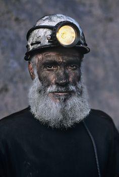 Coal Miner with White Beard, Pol i Khumri, Afghanistan, by Steve McCurry Steve Mccurry Portraits, Steve Mccurry Photos, We Are The World, People Around The World, Steeve Mc Curry, Vivre A New York, World Press Photo, Fotografia Social, Afghan Girl