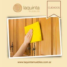 Utiliza un trapo suave para limpiar la superficie y eliminar el polvo de la puerta de madera. También se puede asear con ayuda de un plumero. Al hacerlo, asegúrate de limpiar bien los marcos de la puerta y quitar todo la suciedad que sea posible.