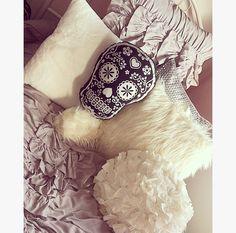 white, fur, skulls