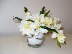 Svatební+dekorace+ve+skle+Svatební+dekorace+z+umělých+květin,+doplněna+stříbrným+plochým+drátem.