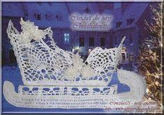 What a beautiful Christmas wreath - Salvabrani Crochet Applique Patterns Free, Christmas Crochet Patterns, Crochet Christmas Ornaments, Holiday Crochet, Crochet Home, Christmas Wreaths, Christmas Decorations, Crochet Fairy, Crochet Santa
