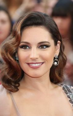 ▷ attractive and feminine party hairstyles ideas - hairstyles-new year's-hair-brown-wavy-stripe-next-woman-pretty - Prom Hairstyles For Short Hair, Party Hairstyles, Formal Hairstyles, Vintage Hairstyles, Wedding Hairstyles, Hairstyle Ideas, Old Hollywood Hair, Hollywood Curls, Medium Hair Styles