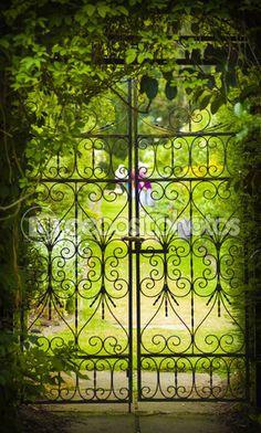 Jardim secreto e portão de ferro — Imagem Stock #63708377