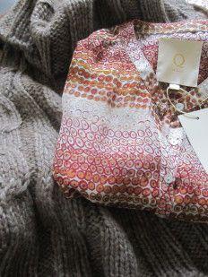 Q d'Lux - feminin fashion. Kig forbi standen i Fløjen og se de oplagte julegaver ideer.