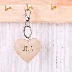 Liebe braucht nicht viele Worte und schon gar keine teuren Geschenke. Dieser Herz-Schlüsselanhänger aus handgeschnitztem Holz ist eine niedliche kleine Geschenkidee. Das Besondere ist, dass das Herz einseitig mit Ihrem Wunschnamen graviert wird.