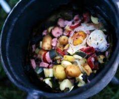 Kociołek po góralsku z ziemniakami na ognisko. Pyszne danie, dla każdego turysty po długich i wyczerpujących wędrówkach górskich.