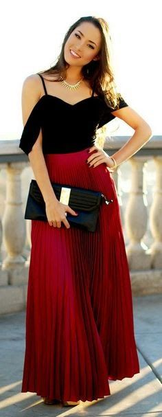 Black Sleeveless Blouse With Oxblood Plated Long Skirt Fashion