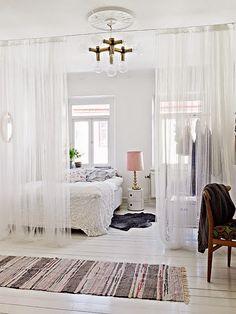 Qué efecto tan bonito crean estas cortinas que separan el dormitorio del resto de la casa.