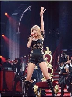 """Taylor swift singing """"I Knew You Were Trouble"""" at the Red Tour (after picture)"""
