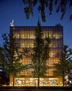 새단장을 위해 잠시 문을 닫았던 메종 에르메스 도산 파크가 5월20일 드디어 공개됩니다각 층마다 새로운 제품 군을 가진 공간을 구성함으로서 음양을 상징하는 공간과 균형감을 드러내고 동양의 전통적인 건축 분위기를 가미했다는군요이번 레노베이션은 (故)르나 뒤마가 파리에 설립한 건축사무소 RDAI의 아티스틱 디렉터이자 전세계 에르메스 매장의 건축 책임자인 드니 몽텔(Denis Montel)이 맡았죠또한 지난 2월부터 메종의 6개 윈도우에 일하는 말의 다양한 모습을 공개하여 변화하는 메종을 위트있게 표현했던 프렌치 아티스트 위고 가토니(Ugo Gattoni)가 5월 20일 21일 양일간 라이브 퍼포먼스를 선보일 예정이라니 도산 공원 근처를 지날 일이 있다면 들러서 감상해보세요! ( @hermes Jiyoung Kim) _ #LaMaisonHermés #DosanPark is set to reopen on May 20 with a added Eastern style…