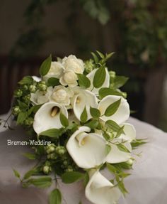 白いカラーのクラッチブーケ Floral Wedding, Wedding Bouquets, Wedding Flowers, Calla Lily, Corsage, White Flowers, Floral Arrangements, Floral Design, Dream Wedding
