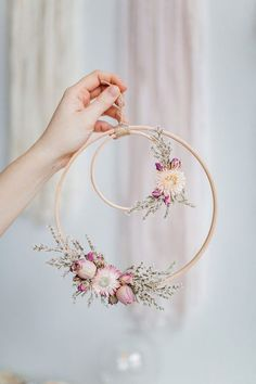 Beautiful Wall piece DIY from an embroidery hoop with dried flowers. Beautiful Wall piece DIY from an embroidery hoop with dried flowers. Deco Floral, Arte Floral, Floral Wedding Decorations, Flower Decorations, Table Decorations, Fake Flowers Decor, Fake Wedding Flowers, Spring Decorations, Decoration Crafts