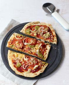 Deze naanbroodjes met tomaat en pesto zijn heerlijk en een gezondere variant dan bijvoorbeeld pizza. Lekker!