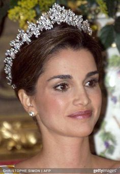 Queen Rania of Jordan, wearing Queen Alia's Cartier tiara which belongs to Princess Haya. Royal Crown Jewels, Royal Crowns, Royal Tiaras, Royal Jewelry, Tiaras And Crowns, Jordan Royal Family, Queen Rania, Queen Noor, Zeina
