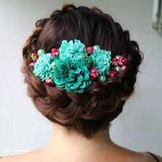 Today's lovely bride wanted to have a #crownbraid with flowers and pearls. Top choice to suite her emerald, sparkly shoes!  Tämän päivän morsian halusi jotain muuta kuin perinteisen kampauksen, hänelle tehtiin kruunuletti joka koristeltiin kukilla ja helmillä.  #bridalhairstyle #hääkampaus