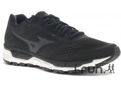 Un excellent compromis ! La Chaussure Mizuno Synchro MX noire et blanche pour homme (Collection Printemps/Eté) est conçue pour vos entraînements sur routes et chemins tracés. Elle peut aussi vous accompagner lors de vos séances indoors.