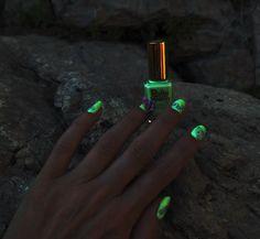Nailart 3D sur RODEO de RUBY WING : un nailart en 3D avec la technique de scuplture de vernis sur le vernis photochromatique Rodéo de Ruby Wing