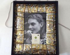 Cornice Oro bombata in mosaico contemporaneo in vetro e murrine in stile Patchwork.  ho realizzato questa cornice tagliando migliaia di piccole