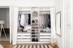 Mein IKEA PAX Kleiderschrank ist 2,5 Meter breit. Ich habe ihn symmetrisch aufgebaut und die Kleidung nach Farbe geordnet. Lasst euch inspirieren!