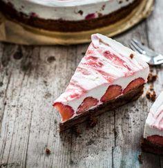 Die Erdbeer-Saison steht wieder an? Dann solltet ihr unbedingt unseren Schoko-Erdbeer-Kuchen mit Quark und weißer Schokolade probieren!
