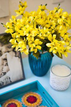 Flores artificiais na decoração. E por que não?!