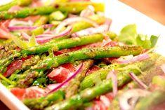 Se opskriften på en nem og lækker forret med asparges, hvor grønne asparges anrettes med skinke, salat og en lækker dressing.