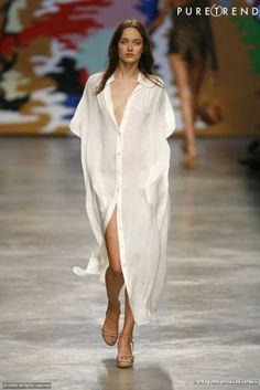Défilé Stella McCartney Printemps-Eté 2010     Version XXL de la chemise. Transparence et fluidité pour cette robe-chemise qui dévoile tout sans rien montrer.
