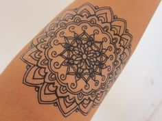 Cette annonce est pour 1 tatouage temporaire d'un mandala, dessiné par mes soins à la main. Le tatouage est 4.5 in x 3.5 in (comme on le voit sur les photos) Changer votre look, créer une pochette! S'applique comme un régulier temporaire tatouage, appuyez simplement sur elle avec une