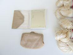 Petit miroir de poche et son porte-monnaie via un lundi ordinaire. Click on the image to see more!