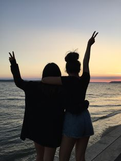 There's no one like your BFF! They will always have your back and get you through the good & the tough times. Here some cute phot ideas for that BFF goal! Cute Friend Pictures, Best Friend Pictures, Best Friend Photography, Insta Photo Ideas, Cute Friends, Summer Aesthetic, Best Friend Goals, Summer Pictures, Beach Photos