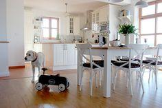 Domu na kraji města vládne vesnický styl, bílý nábytek a medová podlaha. Pojďte ho navštívit.