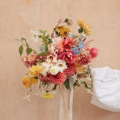 Demo for my class with Doing a bouquets is not easy it takes practice. In my bouquet online class I teach you step by step… Wedding Flowers, Glass Vase, Floral Wreath, Take That, Concept, Wreaths, Bright, Table Decorations, Pretty