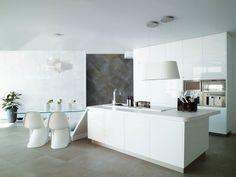 Weiße minimalistische Küche gestalten und ausrüsten