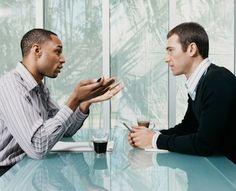 Dinlemek, öğrenilebilirbir beceridir. İşitmek, dinlemek demek değildir, iyi bir dinleyici olmak için empatik dinleme becerisini geliştirmeliyiz. Bir kaç önemli noktaya dikkat ederek iyi iletişimin temeli olan dinleme becerinizi geliştirebilirsiniz. iyi bir dinleyici olmak özsaygınızı da arttıracak, sizi etkin bir birey haline getirecektir. Empatik bir dinleyici olmak için, Dikkatli olun. ilgili, farkında ve tetikte olun. Sözsüz iletişime önem verin. Yargılamadan,