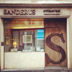 Deze deur fotografeerde ik ooit voor mijn vorig 365 dagenproject (@mdv365). Mijn liefde voor deuren en typografie verenigd in één foto. Ik k...
