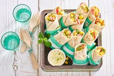 Afbeeldingsresultaat voor Kip­wraps met man­go en li­moen­may­o­nai­se Tapas, Bon Ap, Cold Meals, Wrap Sandwiches, Evening Meals, Party Snacks, High Tea, Food Inspiration, Love Food