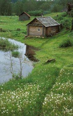 Pequena casa de troncos à beira da lagoa. Fotografia: JAY.