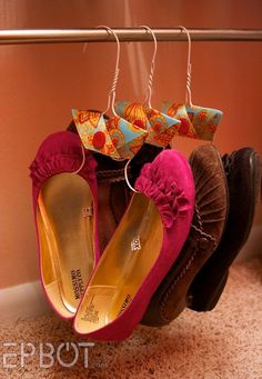 Re-purpose wire hangers to hang flats. Link has many ideas for inexpensive upcycling for organized shoe storage. Diy Clothes Hanger Organizer, Diy Clothes Hangers, Shoe Hanger, Wire Hangers, Shoe Organizer, Coat Hanger, Shoe Storage Solutions, Diy Shoe Storage, Diy Shoe Rack