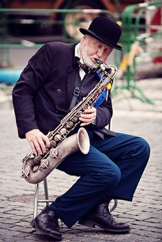 Al escuchar la melodica del saxofon me viene a la cabeza... JAZZ