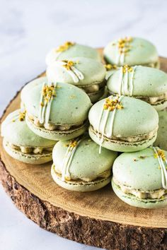Pistachio Macarons, with a Pistachio Cream Cheese Filling. Includes video on how to make these macarons, and step-by-step intructions! Pistachio Macarons, Pistachio Cream, Pistachio Dessert, Lavender Macarons, Lemon Macarons, Pistachio Pudding, French Macaroon Recipes, French Macaroons, Macaron Filling